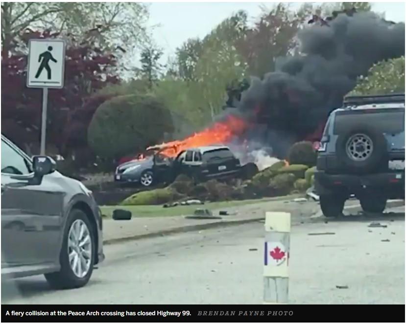 今天上午加美海關和平門發生兩車相撞事故,造成一死一傷。事故發生在上午11點半,在加國境內離加美邊境300米的地方。相撞的兩輛車一輛是保時捷卡宴,另一輛是豐田Sienna。據事故的目擊者描述,是保時捷撞上了豐田,并把它推出去200米,然后豐田開始著火,火焰高達20英尺。目前還不清楚事故是如何發生的。不過,據當時正在花園里工作的花匠MitchellGerhardt說,其中一輛車當時的時速高達120公里/小時。News1130的記者MonikaGul在Tw...