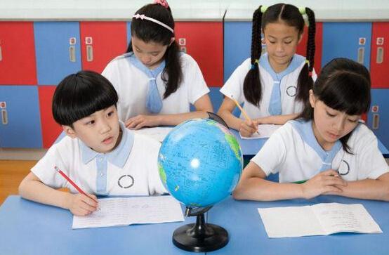"""小学回国读、中学加拿大读、大学美国读!据说这是华人妈妈的""""教育宝典""""?"""