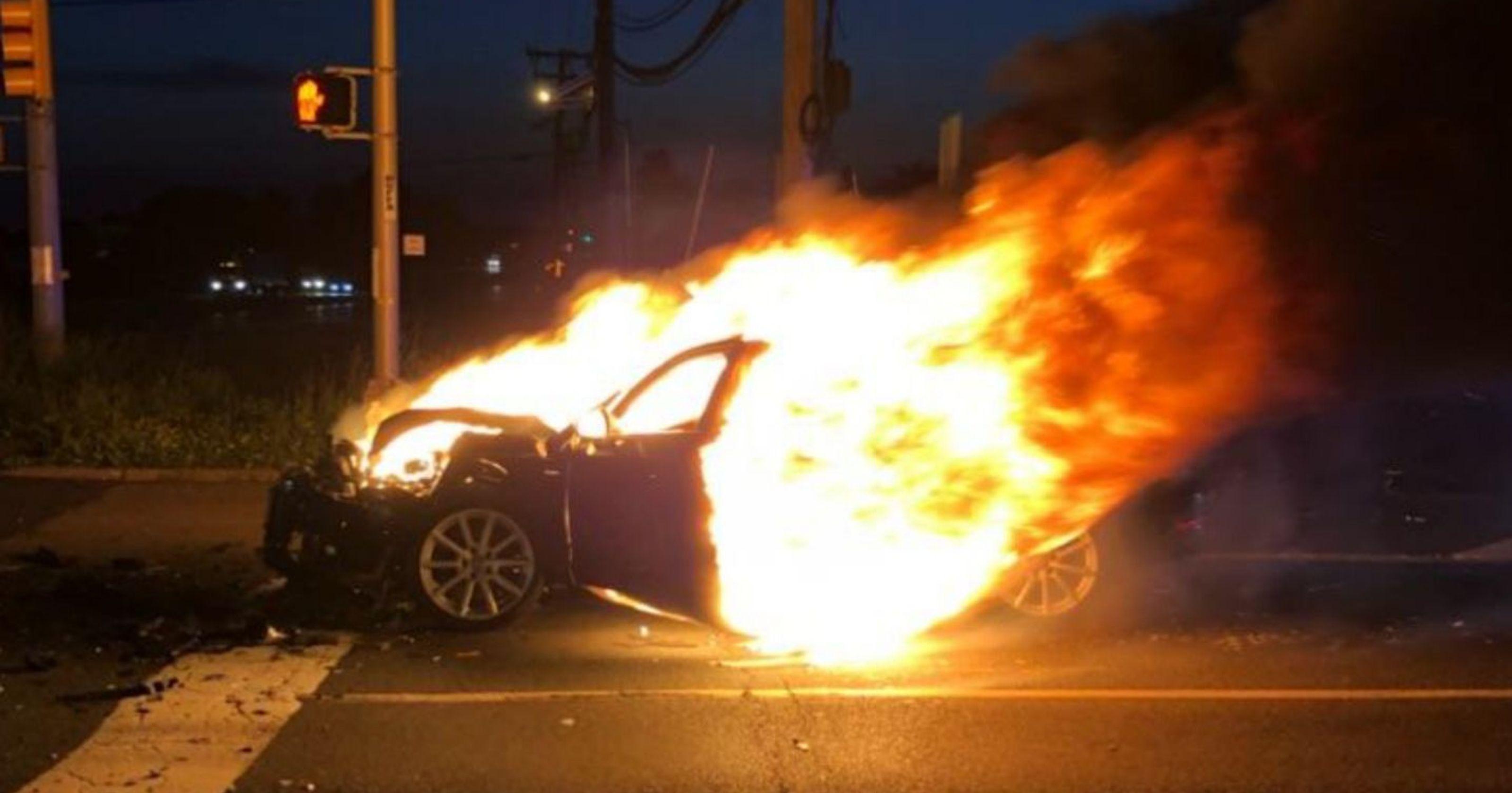 突发!本拿比Kingsway一辆车烧了!交通瘫痪大家注意绕行!就在知名华人餐厅门口!