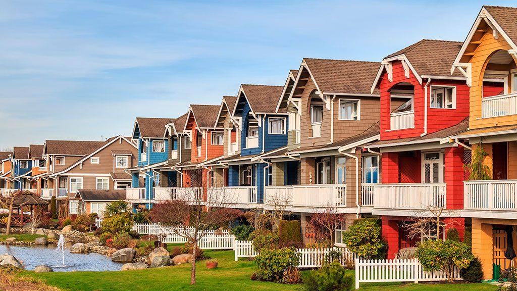 看完了加拿大地产协会(CREA)前两天公布的6月全国楼市报告,经济学家认为,加拿大的房地产市场已经卡住了,政策制定者们采取的有力措施——省级税收措施和联邦贷款压力测试,都成功地阻止了房价上涨和债务膨胀。据《环球邮报》报道,今年6月全国房屋销量比前一个月下滑0.2%,为4个月来首次按月下滑。不过,若与一年前比较,房屋销量仍然上升0.3%。房价方面,全国6月售出物业的平均价格为$50.55万,比去年同期升高1.7%。若按MLS综合房价指数(HPI),则按月增长0.3...