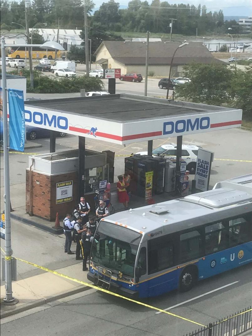 突發!列治文17輛警車圍堵1輛公交,防化服都穿上了