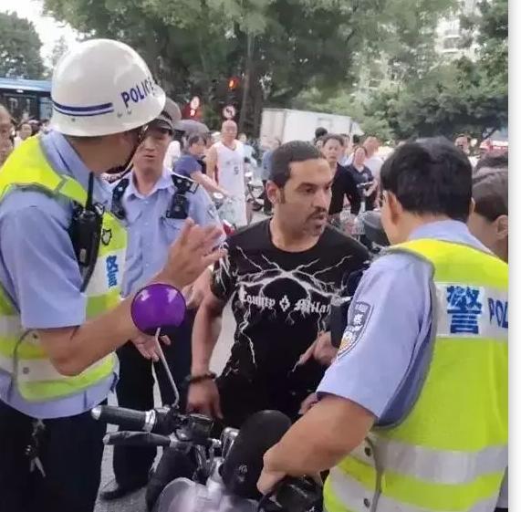 """囂張!在中國留學的""""洋垃圾""""舌吻襲胸女同學,追著交警打"""