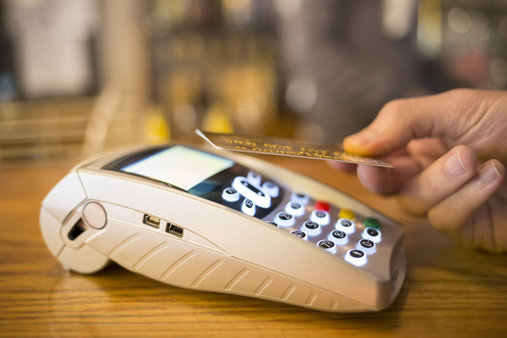 人在家中坐,祸从天上来,这句话有时候真的不假。据CBC报道,魁北克省Longueuil市居民NewshaMotazedi最近登录自己的网上银行的时候突然觉得有些奇怪,后来仔细研究,才发现是借记卡出现了问题。心觉不妙的Motazedi赶紧给开户行ScotiaBank打电话,结果银行工作人员告诉她,她的银行卡被挂失了!?Motazedi一听就惊呆了,什么鬼?银行卡明明还在我包里装的好好的,我也没给银行打过电话啊,谁说我的卡丢了!就...
