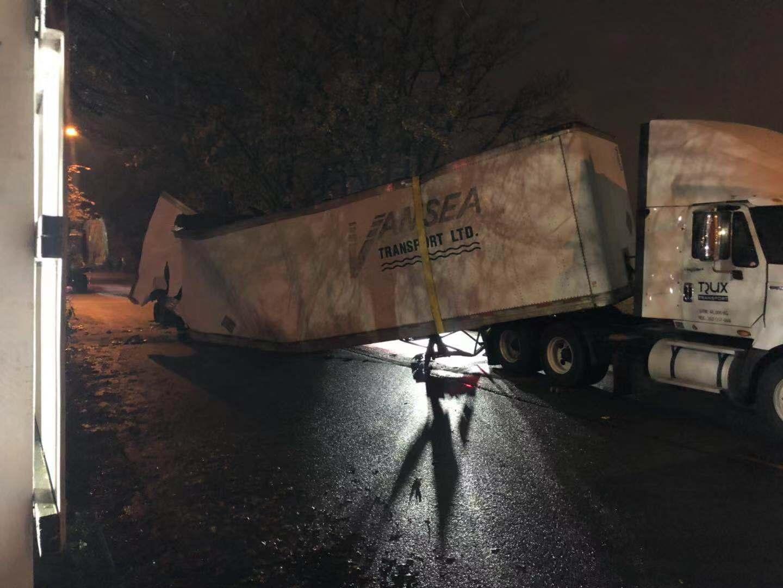 快讯!列治文River Road大卡车翻了!道路紧急封锁 司机绕行