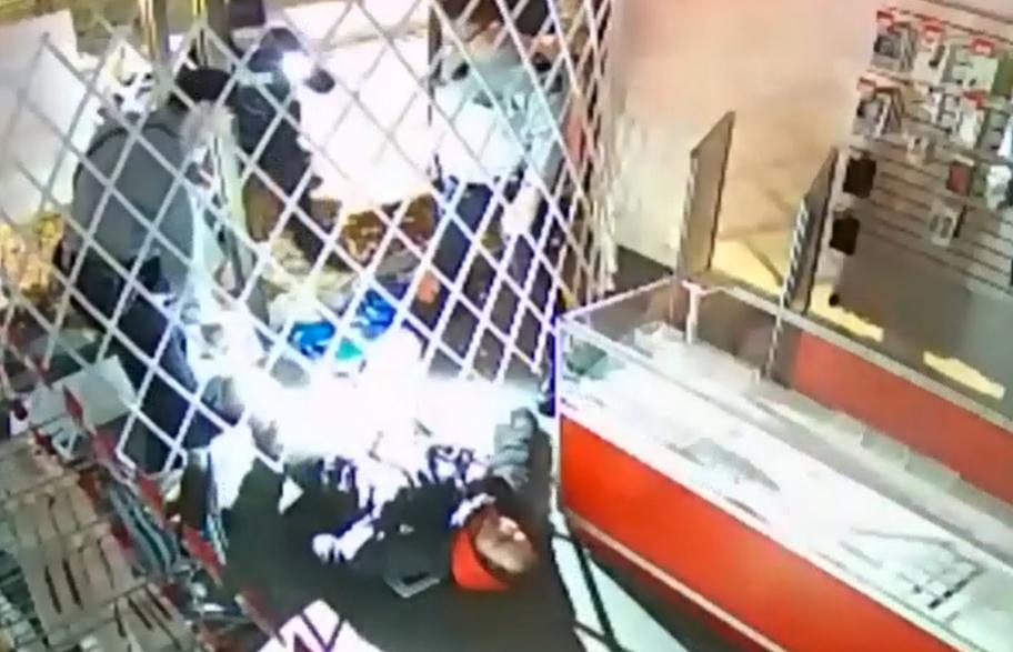 【视频】加拿大惊现年度最傻盗贼:入店抢劫,然后把自己困住了……