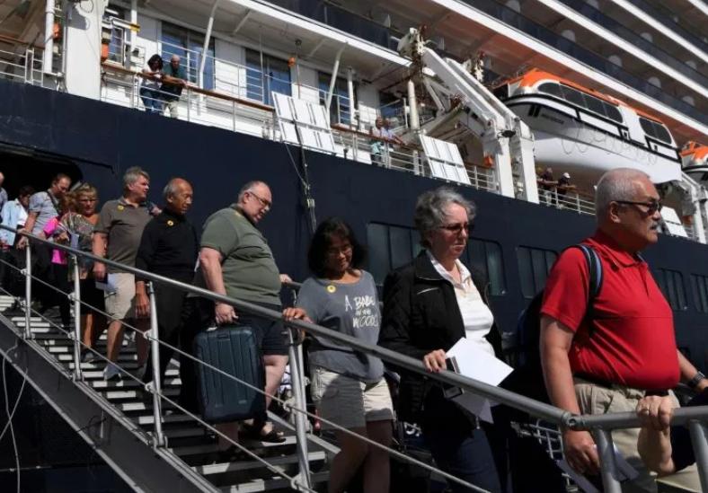 """跟死神抢人!加拿大包机奔赴""""死亡游轮""""撤侨!另一艘船279加国人已上岸,发现确诊!"""