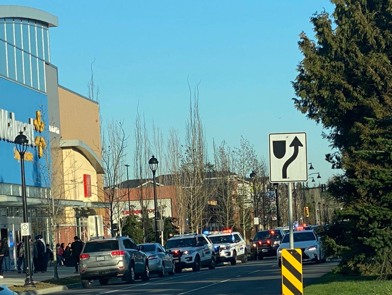 緊急突發!列治文Walmart里面有人揮刀亂砍,大量警察到達現場,周邊道路封閉