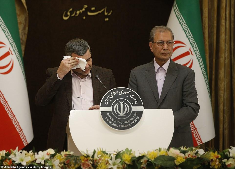 心里一萬個草泥馬!不停擦汗、瘋狂喝水,伊朗官員記者會上現場直播新冠癥狀!