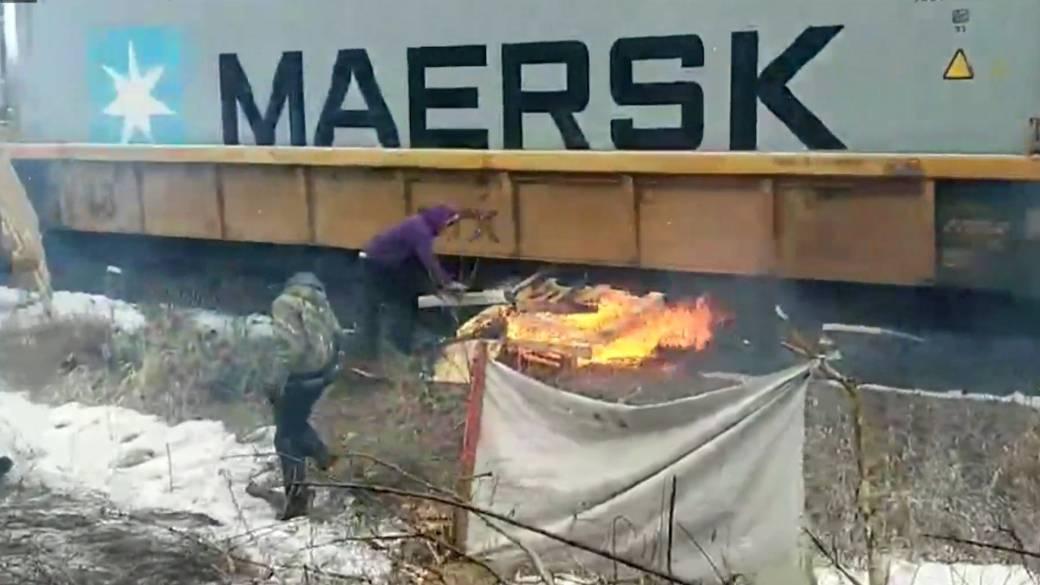 情況惡化!說好了要和談,原住民抗議者忽然火燒列車?!