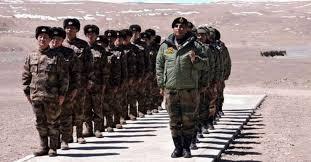据英国卫报周三(27日)报道,中印两国在喜马拉雅边界(Himalayanborder)的紧张局势再度升级,中国被指已派驻数千名士兵进入位于拉达克(Ladakh)东部的领土争议地区,并在此处持续扩大军事基地,包括建帐篷、部署车辆及重型机械等。而作为回应,印度军方也向该地区增援了多达几个营的兵力,双方剑拔弩张。印度《论坛报》上周三(20日)刊发退役军官巴蒂亚(VinodBhatia)中将的署名文章认为,新冠疫情后的新兴世界秩序为印度和中国提供了解决边界问题并寻求公平、合理和相互接受的解决方...