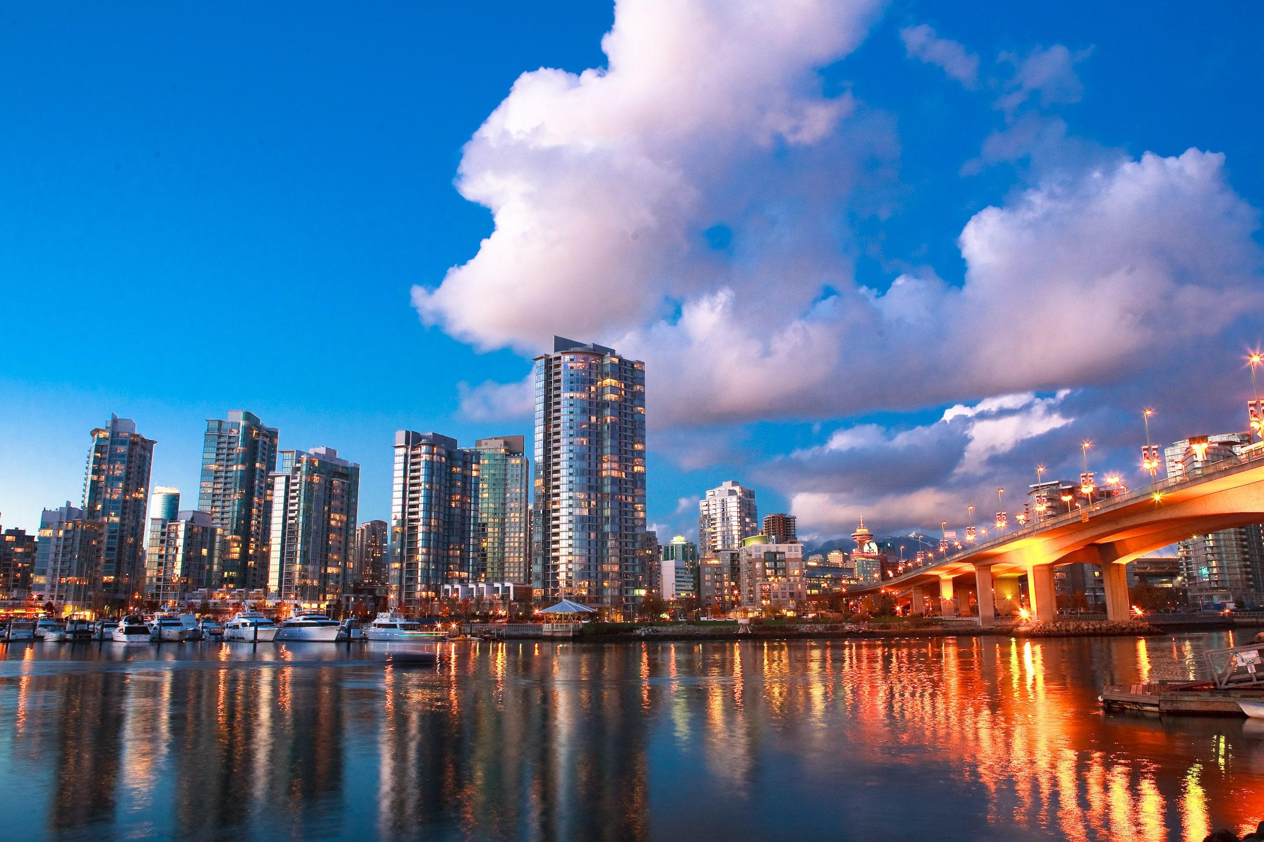"""加拿大房屋及贷款公司(CMHC)5月27日发表楼市展望特别报告,对楼市多方面作出预测,包括房价、销售量和开工量,但均被看淡,表示至少要到2022年年底,才可能回到疫情前的水平。该报告预测,全国平均房价会较疫情前下跌9%至18%,大约在49.3万至51.84万元之间。BC省第4季均价预测低位只有64.2万元,2021年整年及2022年初会继续跌。这项预测认为,房地产行业面临压力,看不到快速V形复苏的迹象。市场可能会以较慢的""""U""""形恢复,而悲观情况下是更平坦更长的""""..."""