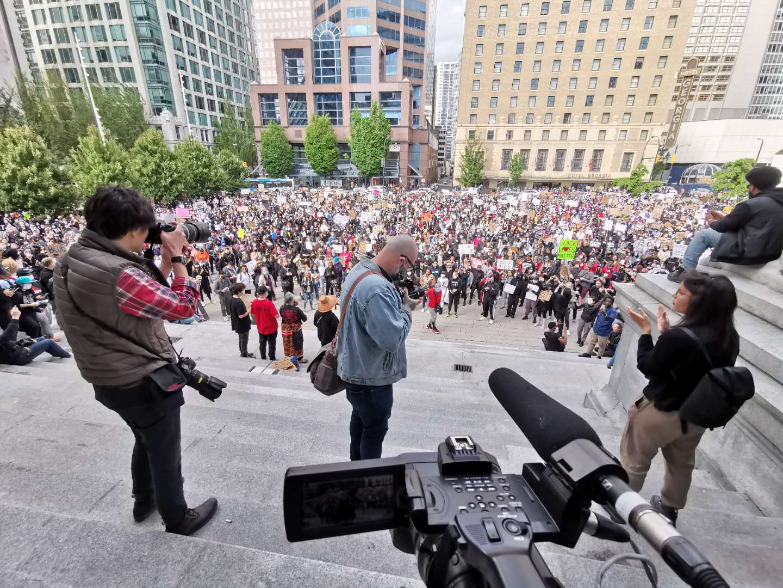 """今天,美国因警察暴力执法""""跪死""""黑人GeorgeFloyd而导致的抗议示威活动进入第6天,并蔓延至欧美各国。据《华盛顿邮报》报道,美国各城市的政府官员、执法人员和抗议者正在为连续第六天晚上的大规模示威活动做准备。这从5月26日开始、始于明尼阿波利斯市的和平抗议活动,迅速蔓延到美国各大都市,随着一些示威者和执法人员开始发生冲突,抗议活动的数量和力度都在增加。从昨天到今天凌晨,抗议活动已遍布至全美30个城市、加拿大的多伦多和温哥华,以及欧洲主要城市。&n..."""