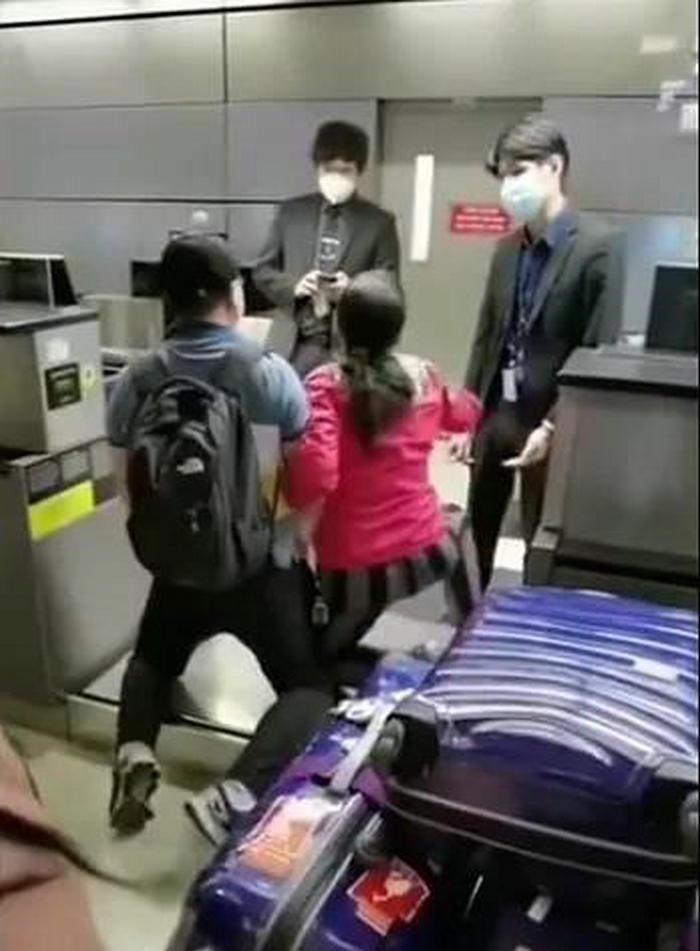 """出洋相!华人回国被拒,跪地撒泼""""一个错误TMD就回不去!放我们上飞机吧!求你们了!"""""""