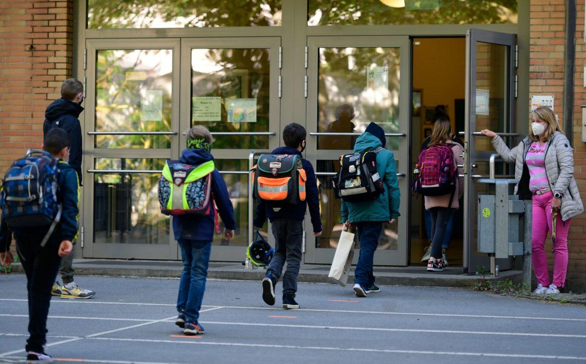 憋不住了!大温华人发声:你们反对学校开学,是要让一家人饿死吗?