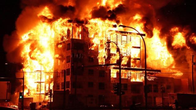 烈焰烧穿天际!大温3栋公寓烧精光 4000户断电 业主哭晕 谣言四起