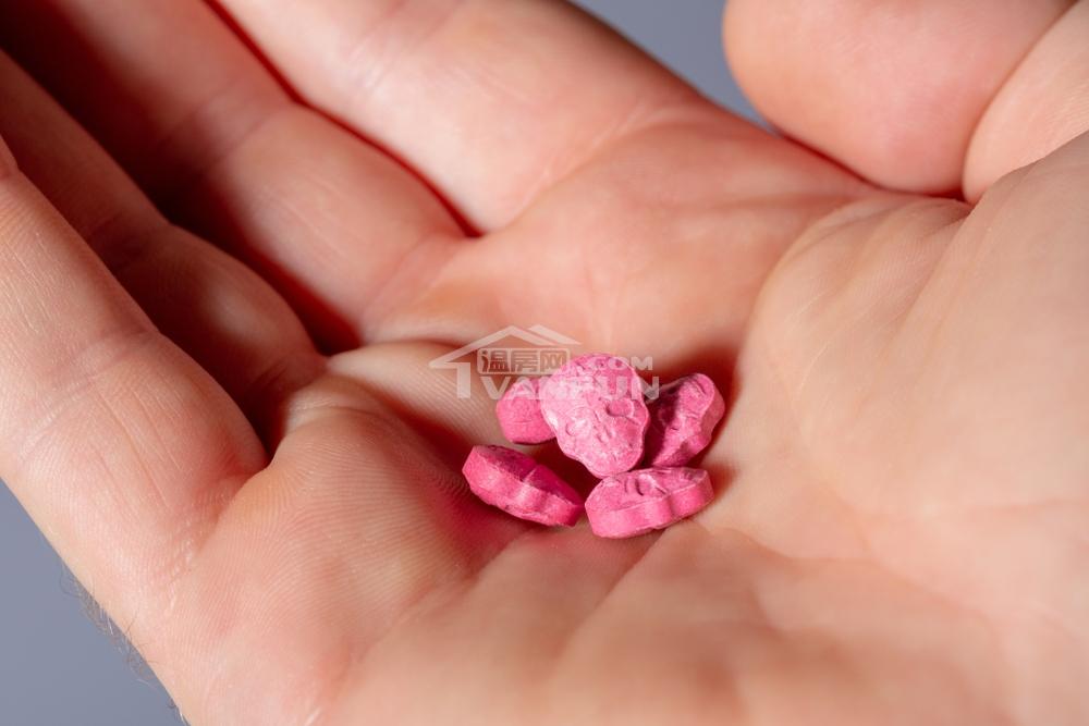 据本地多家媒体报道,位于温哥华的一家迷幻药公司Numinus,日前获得加拿大联邦政府批准,研究(study)用MDMA(亚甲二氧甲基安非他命,即毒品'摇头丸'的主要成分)辅助治疗创伤后压力综合征(post-traumaticstressdisorder,PTSD)。摇头丸做研究联邦OK根据VancouverSun报道,Numinus是一家基于迷幻剂辅助疗法(psychedelic-assistedtherapy)进行精神疾病治疗的公司,也是加拿大第一家合法种植和...