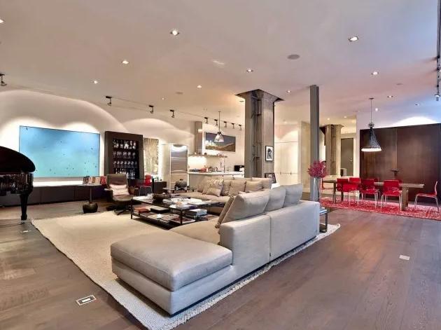说起地下室时,你通常会想到什么?黑暗、狭窄、潮湿?但最近,在多伦多113DupontSt的半地下室,可完全不是这样。113DupontSt曾经是一座办公楼,但它在2008年被ZincConstruction的KennethZuckerman改造成七个大型公寓单元,还确保每个单元都有独特的室内设计。每一个单元都是知名建筑大师设计的,并且始终采用一致的材料组合,例如砖、钢、锌镶板和玻璃,这个单元还有很多钢和混凝土,营造出非常时尚的工业感。客厅...