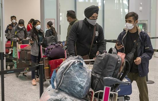 """加拿大交通部9月21日声明表示,加拿大9月26日晚上11点59分后,全面解除长达1个月的印度直飞航班禁令,同时加强机场病毒筛检。声明表示,与其他国家入境旅客一样,印航禁令解除后,印航直飞旅客必须提供离境后由印度德里机场GenestringsLaboratory实验室出具的18小时内核酸检测阴性证明,并将疫苗接种证明上传至ArriveCAN手机应用或网站。""""无法满足这些要求的旅客将被拒绝登机,""""声明中写道。从印度出发转机飞加拿大的旅客,必须提交离境后第..."""